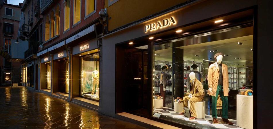 best service f1637 28647 Venezia, dal manichino di Prada sparisce una giacca di pelle ...