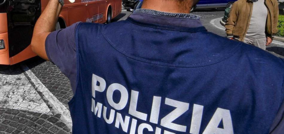 poliziotto schiaffeggia vigile urbano