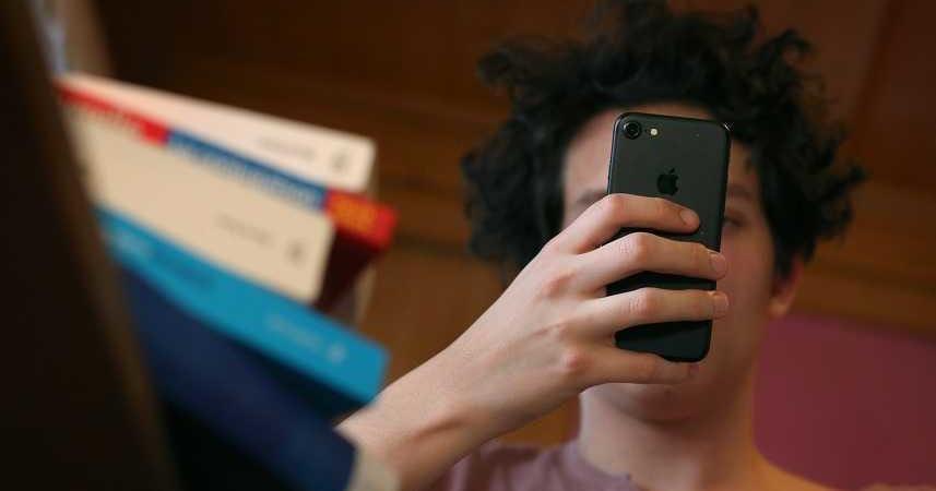 Risultati immagini per cellulari dipendenza studio