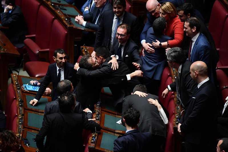 I deputati 39 responsabili 39 di m5s e forza italia tentati for Deputati di forza italia