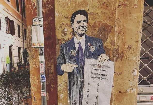 Il murale con Conte e il programma fatto di punti interrogativi | FOTO
