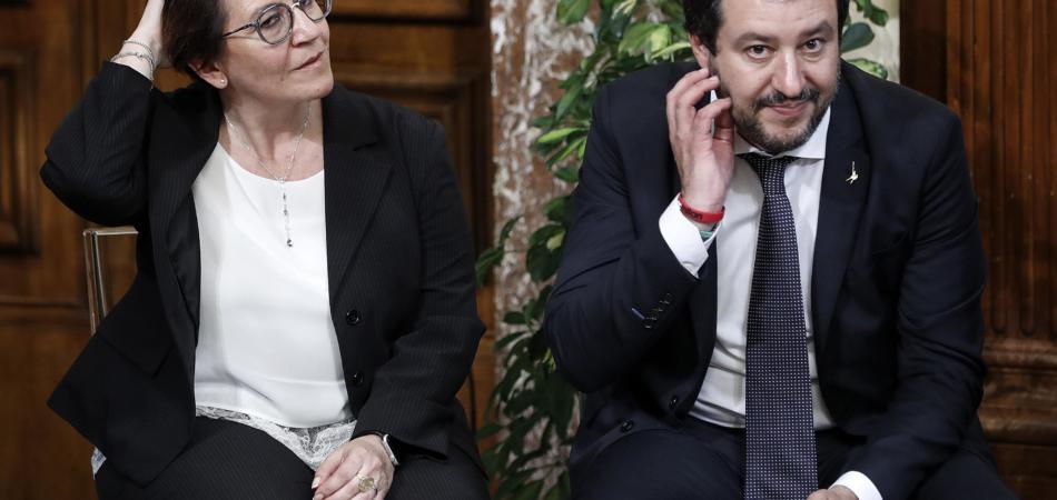 Trenta contro Salvini sulla leva