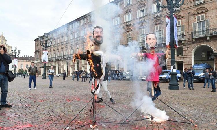Manichino Salvini bruciato