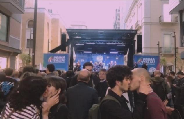 Bacio gay al comizio di Salvini