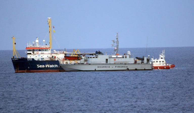 Sea Watch, lo straziante appello dei migranti: «Fateci sbarcare, sembra di stare in prigione»