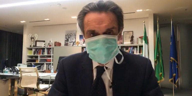 La gravissima immagine fatta passare dal governatore Attilio Fontana che indossa la mascherina