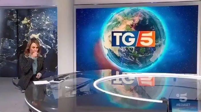 La giornalista del TG5 che non smette di tossire mentre parl