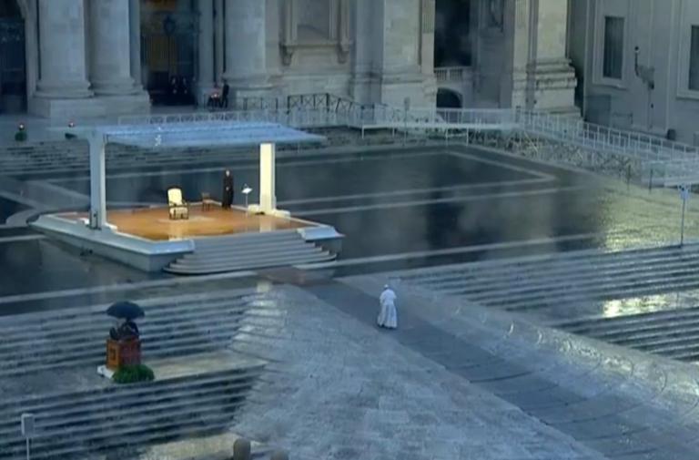 Papa Francesco unisce l'Italia con la preghiera, tutti davan
