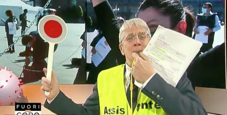 Mario Giordano con il gilet giallo e il fischietto per prend