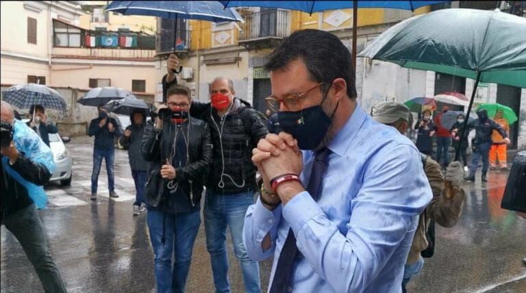 Il video in cui Salvini viene contestato a Napoli mentre oma