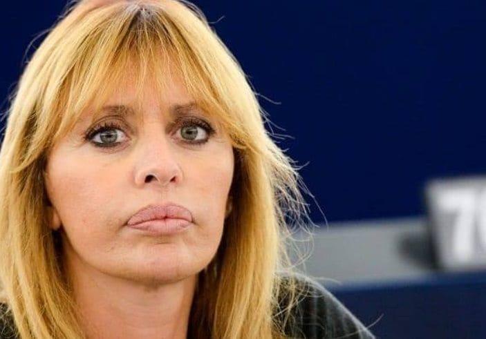 Alessandra Mussolini E La Minaccia Nel Pacco Di Leroy Merlin Fascista Di M Con Un Pupazzo A Testa In Giu