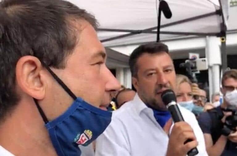 Ora Salvini ha iniziato anche a regalare le sue mascherine ai fan