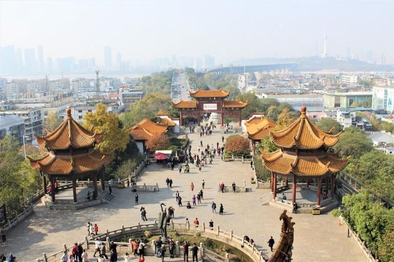 Wuhan torna lentamente alla normalità mentre gli abitanti fanno i conti con i loro traumi