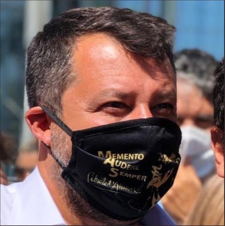 """""""Memento audere semper"""", la mascherina di Salvini fa discutere"""