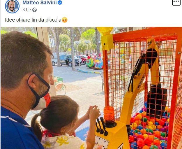 Salvini fa campagna con la figlia che gioca con la ruspa