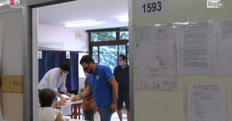 Salvini rimproverato al seggio: «Non ha sanificato le mani» | VIDEO