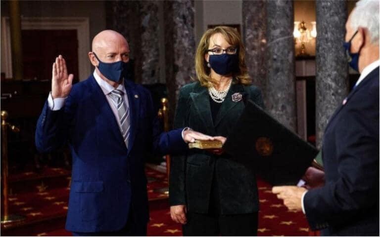 Giura il nuovo senatore dell'Arizona, il messaggio della moglie fa commuovere