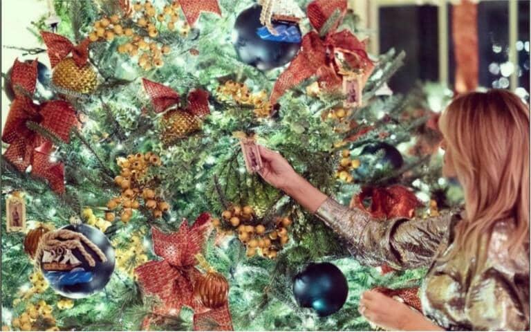 Amaro Natale, la rete boccia l'albero kitsch di Melania Trump