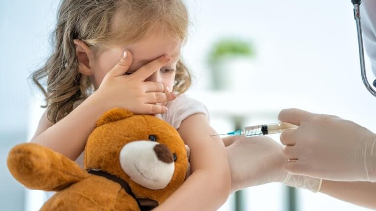 La storia della bambina di due anni morta dopo aver ricevuto il vaccino Pfizer