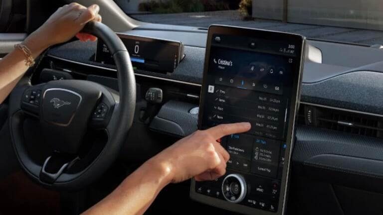 """Lo strano piano di Ford per """"portare"""" i cartelloni pubblicitari all'interno dell'automobile"""
