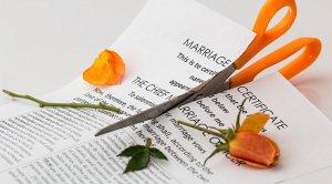 Egitto, marito chiede il divorzio dopo due mesi di matrimonio: «Mia moglie non si lava, puzza: è una tortura»