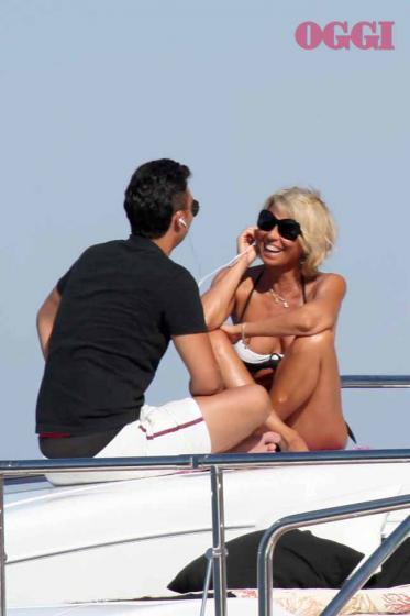 Maria De Filippi in barca col figlio