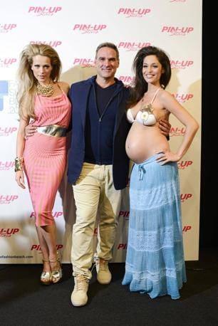 Raffaella Fico Incinta Di 6 Mesi Sfila In Bikini Foto Isa E Chia
