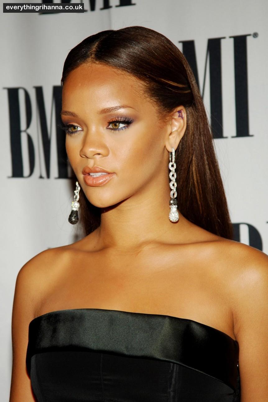Rihanna  con quale acconciatura la preferite   70909056ff3b