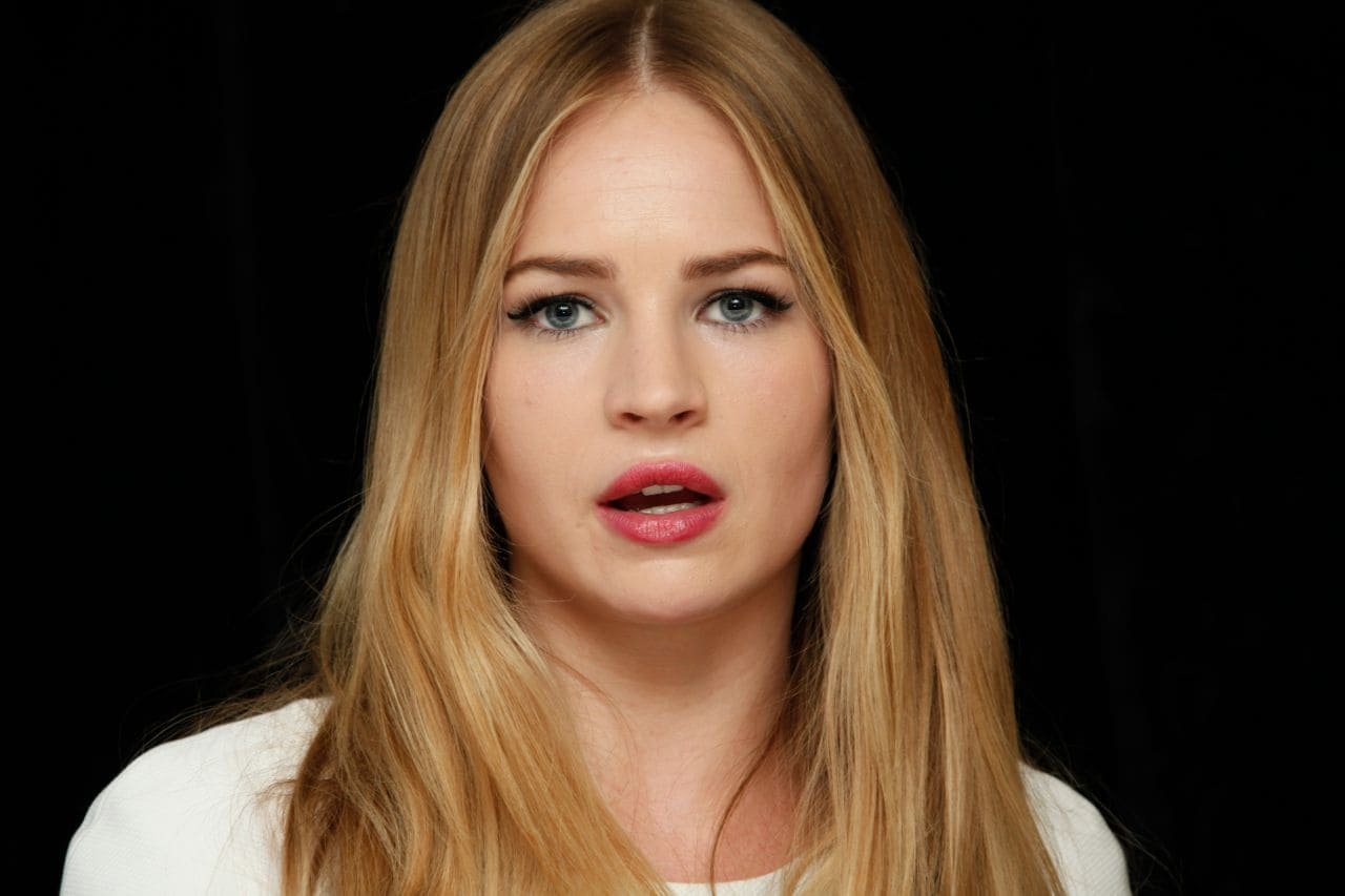 britt-robertson-the-longest-ride-press-conference-in-new-york-city_10