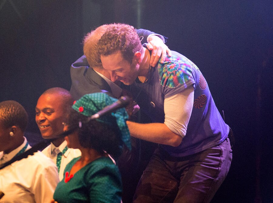 LONDON, ENGLAND - JUNE 28: Prince Harry greets Chris Martin as he appears on stage with Coldplay during the Sentebale Concert at Kensington Palace on June 28, 2016 in London, England. (Photo by Pool/Samir Hussein/WireImage)