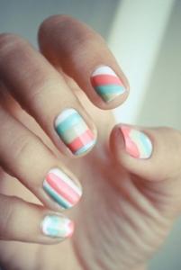 Nail-art-a-strisce-colori-pastello