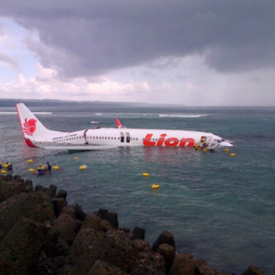 Aeroporto Bali : Aereo finisce in mare a bali nessuna vittima mondo aeroporto