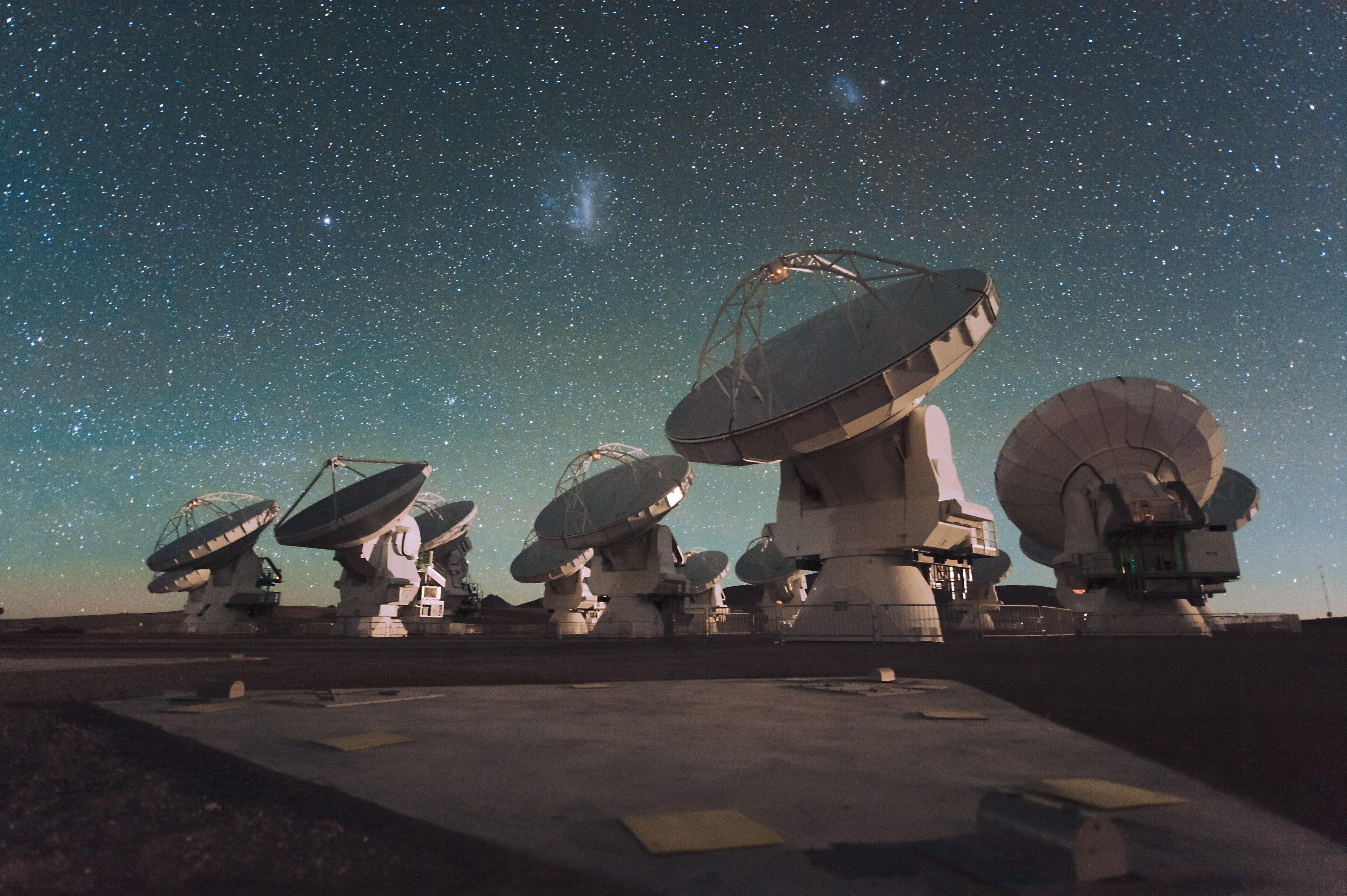 Uno scatto notturno dell'osservatorio astronomico nel deserto di Atacama (fonte: wikipedia.org)