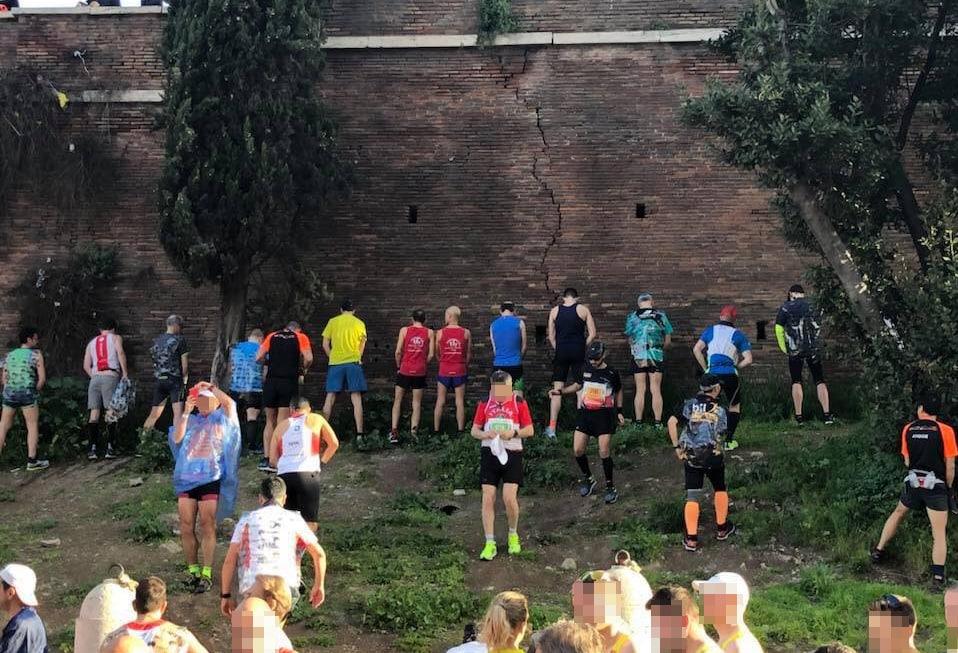 maratona roma latrina muro pipì - 1