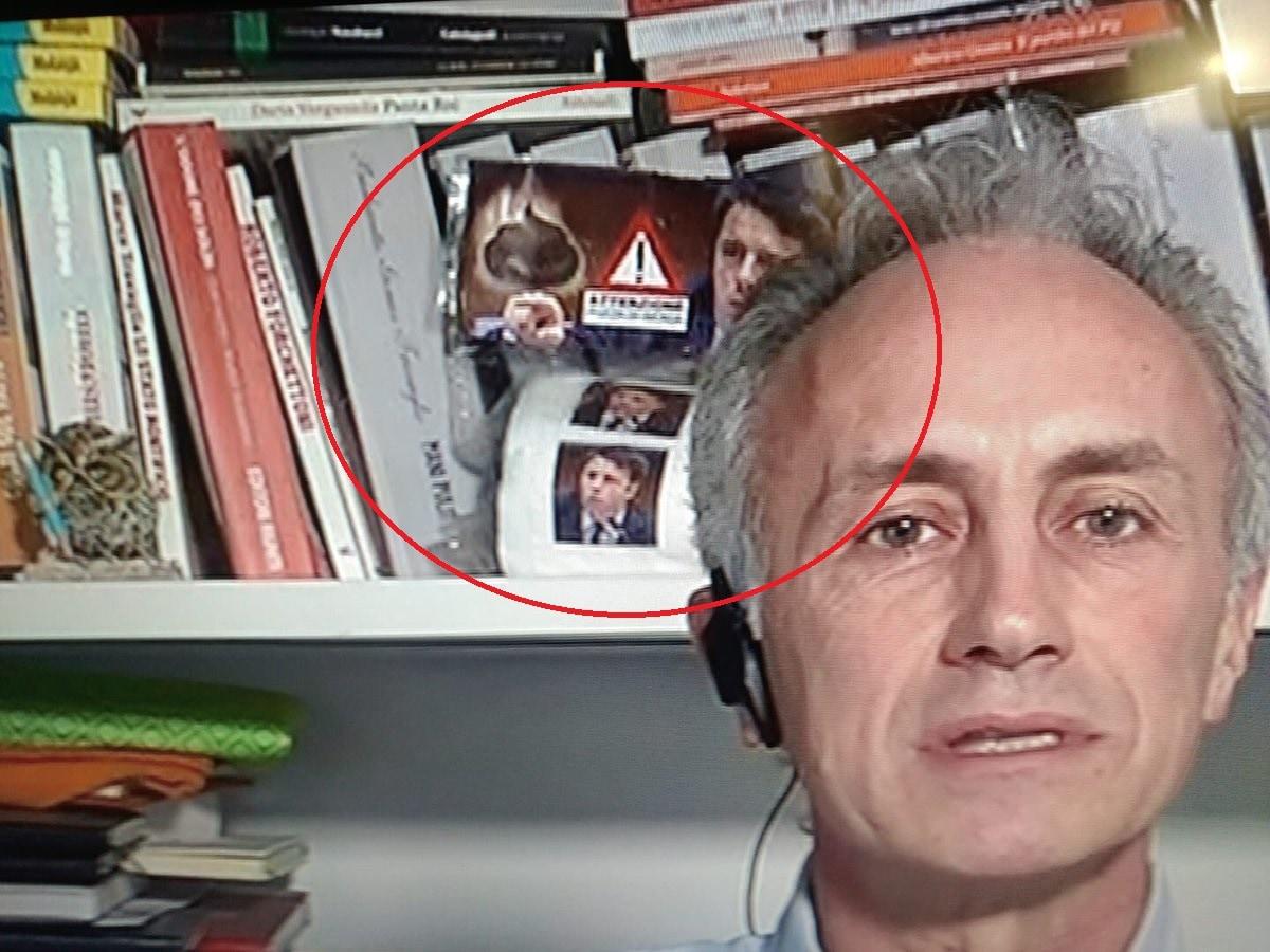 Renzi querela Travaglio per la carta igienica con la sua faccia in tv.