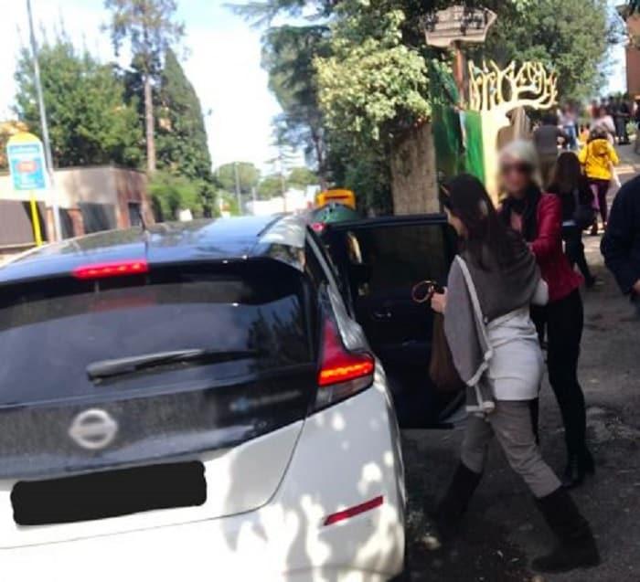 Roma, la sindaca Raggi parcheggia l'auto di servizio in divieto di sosta