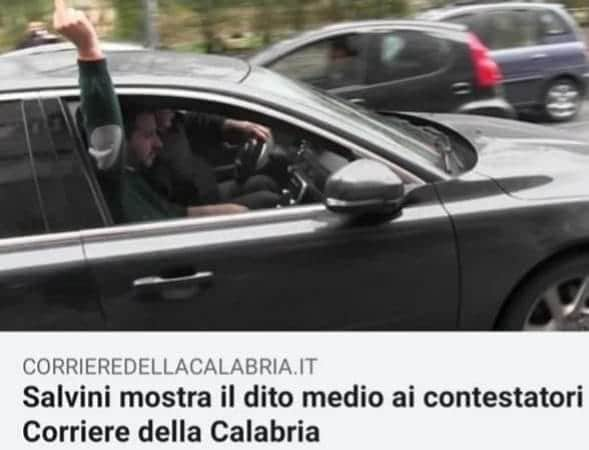 Salvini dorme in aereo, ragazza scatta selfie con dito medio