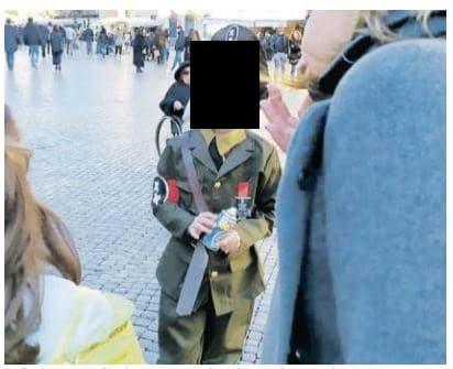 Il bimbo travestito da Hitler al Carnevale di piazza Navona