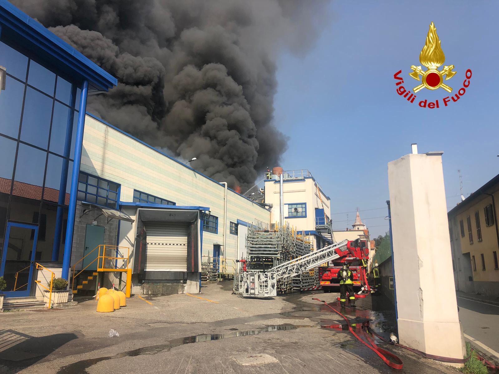 L'incendio nell'azienda di plastica a Gallarate