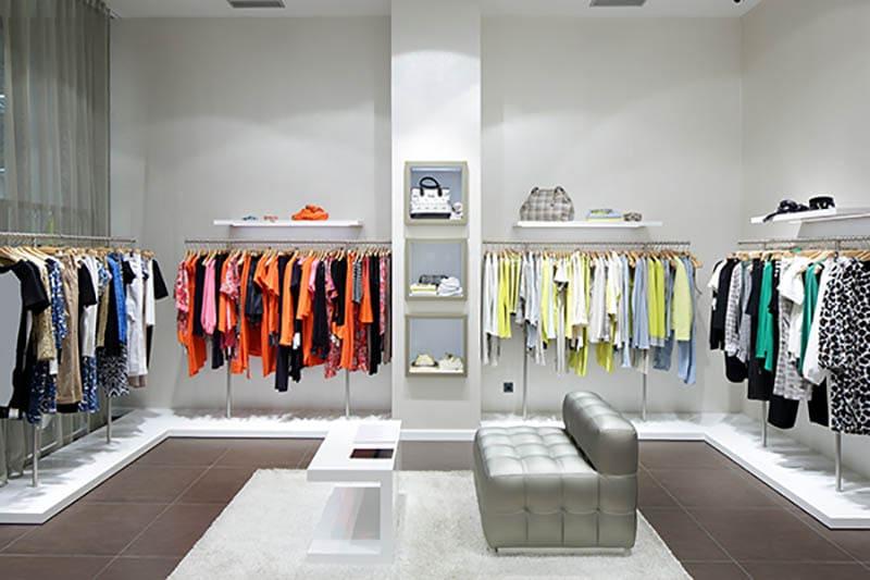 Si possono provare gli abiti nei negozi di abbigliamento e gli ...