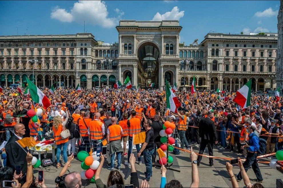 I Gilet arancioni di Pappalardo nelle piazze d'Italia senza