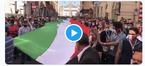 Gli assembramenti alla manifestazione di Salvini e Meloni pe