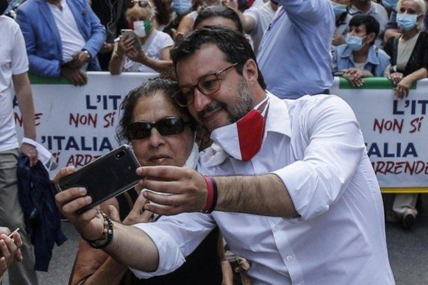 Salvini contestato per i troppi selfie alla manifestazione d