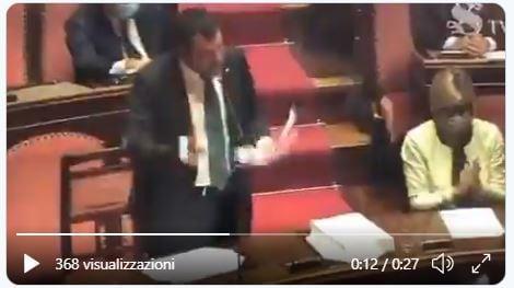 Lampedusa, Salvini arriva sull'isola: accolto tra applausi e selfie