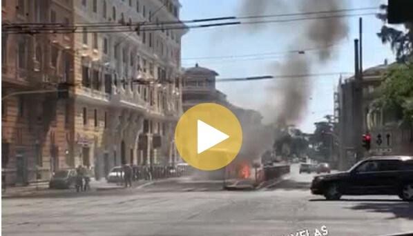 Il bus ATAC a fuoco a Viale Regina Margherita