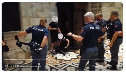 Il video dell'uomo con il coltello e l'ostaggio fermato dalla polizia nel Duomo di Milano