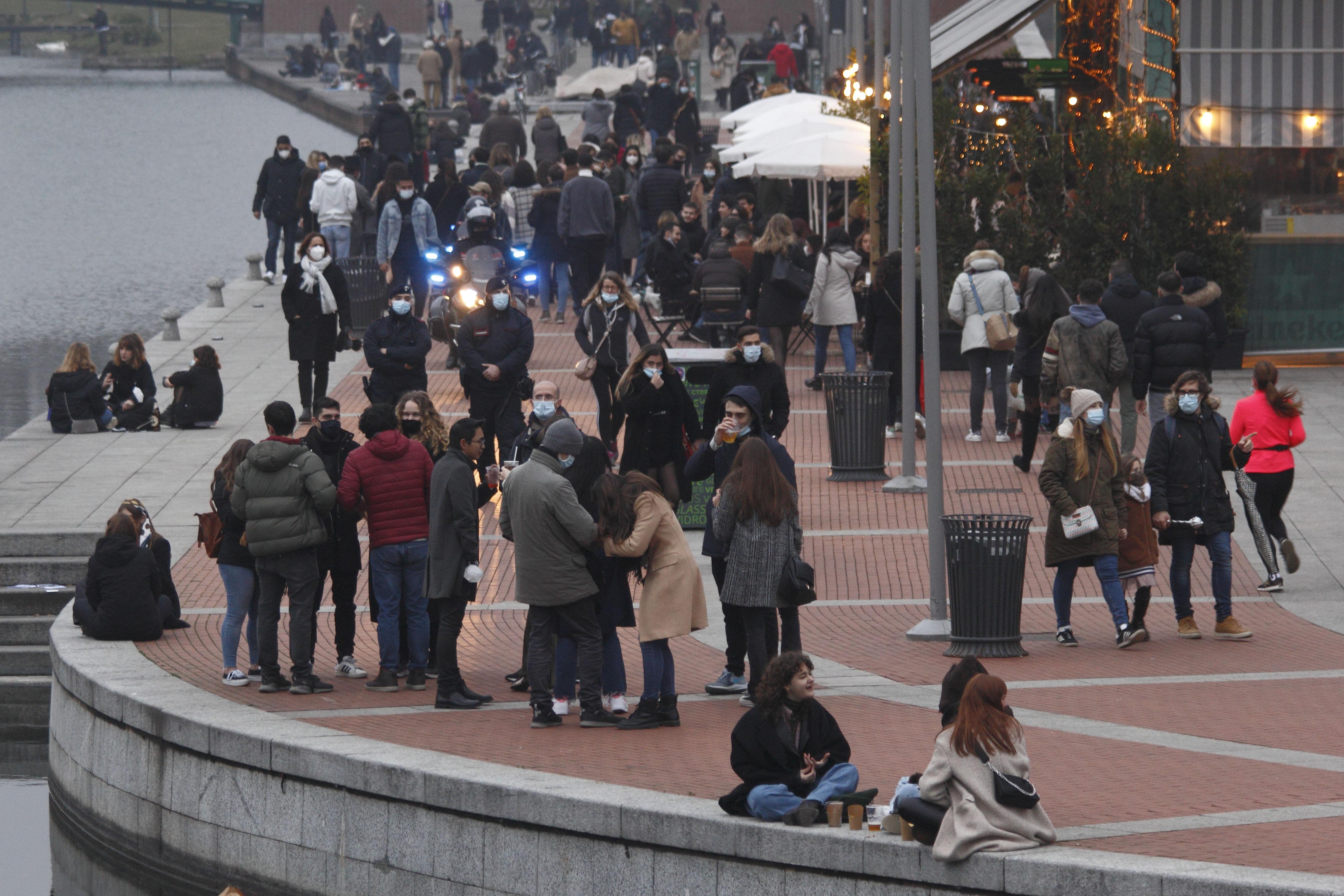 La (debole) difesa del sindaco di Milano Beppe Sala sugli assembramenti ai Navigli