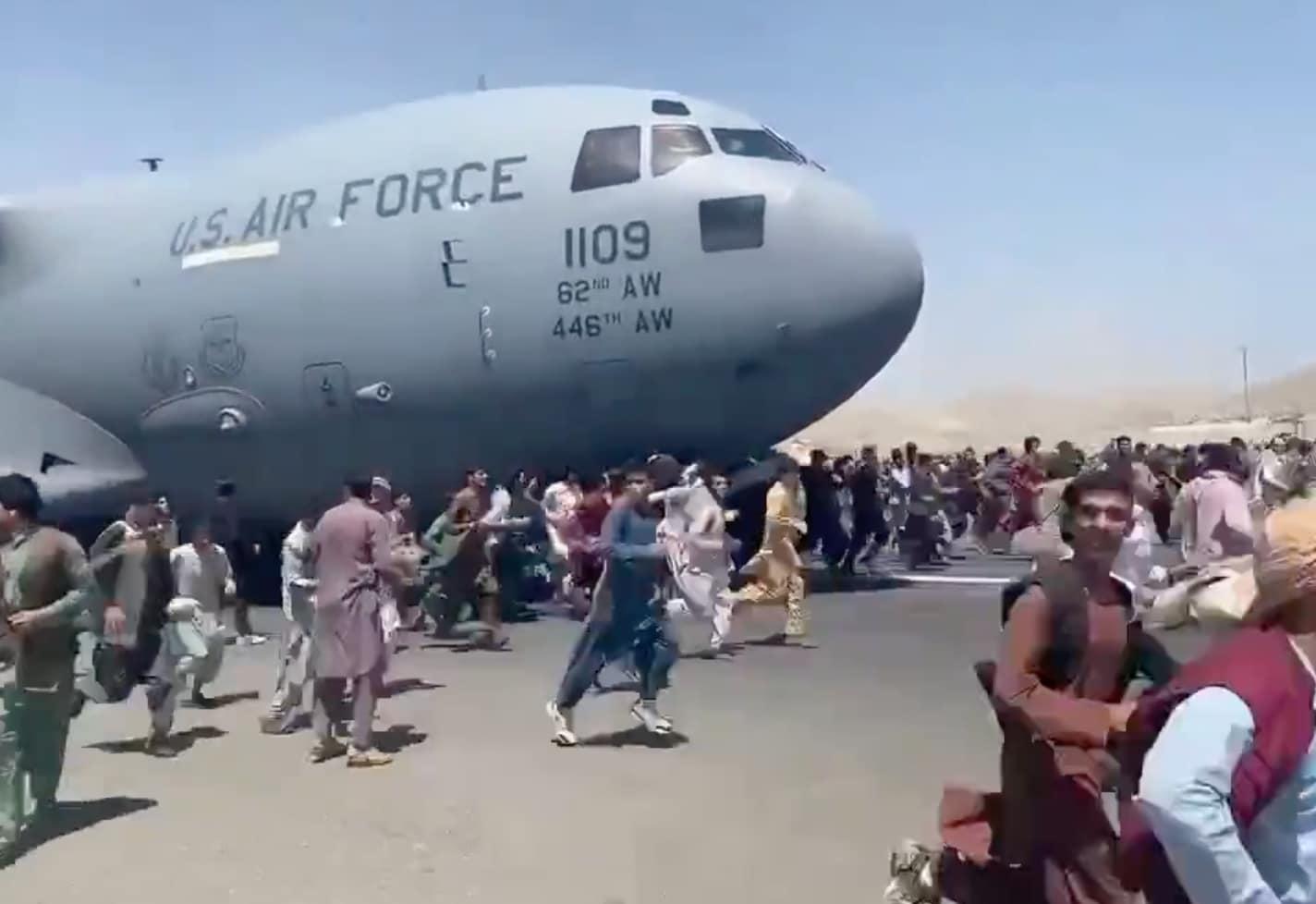 Le immagini shock degli afghani che si aggrappano all'aereo che decolla e  precipitano | VIDEO