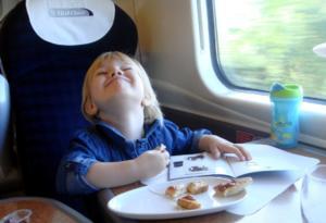 Bambino in treno