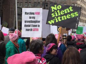 manifestante nonna con cartello